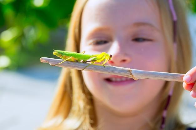 Biólogo naturalista criança menina olhando orando mantis