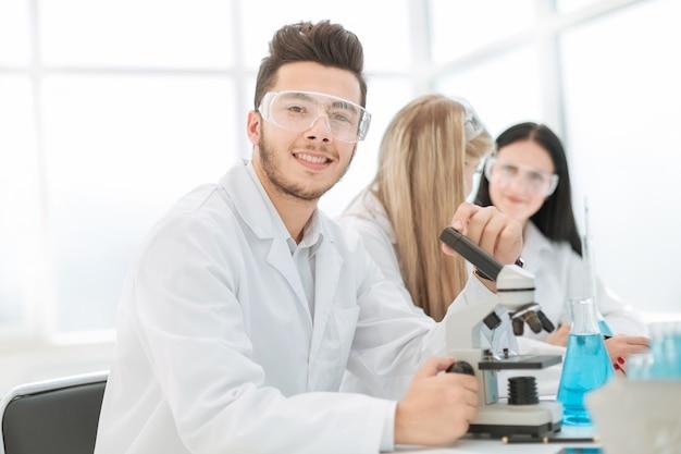 Biólogos cientistas sentados à mesa do laboratório