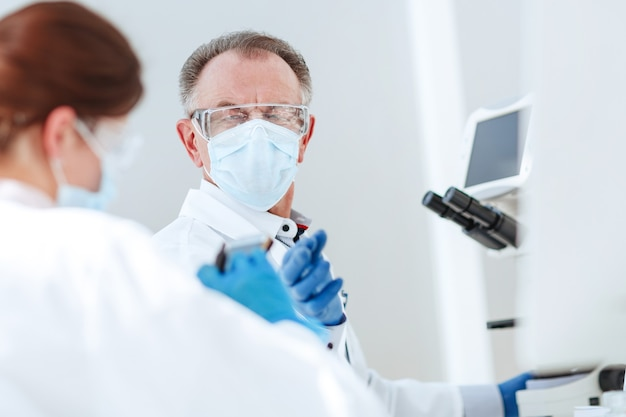Biólogos trabalham em um laboratório médico