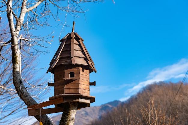 Birdhouse em uma árvore alta