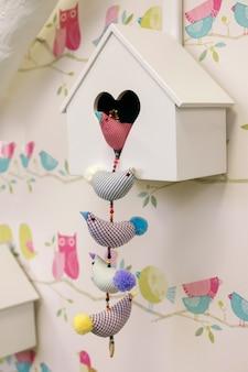 Birdhouse pendurado na parede.