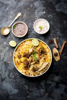 Biriyani de carneiro ou cordeiro com arroz basmati, servido em uma tigela sobre um fundo sombrio