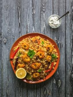 Biryani indiano com camarão. camarões saborosos e deliciosos biryani, vista superior