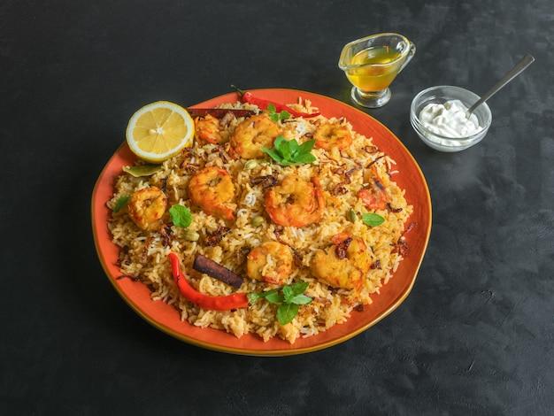 Biryani indiano tradicional com camarão. biryani saboroso e delicioso de camarão