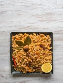 Biryani vegetal, prato de vegetariano em uma mesa preta. vista superior, espaço de cópia