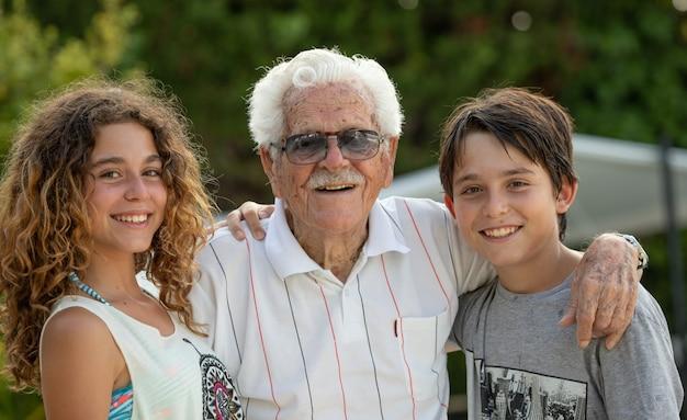 Bisavô aos 100 anos de idade, e dois de seus netos, menino e menina