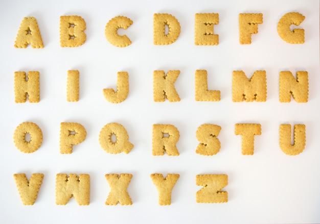 Biscoito alfabeto az isolado em sobre fundo branco