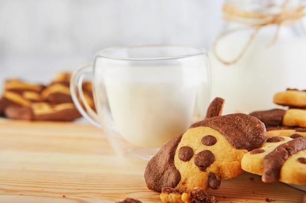 Biscoito caseiro com um copo de leite