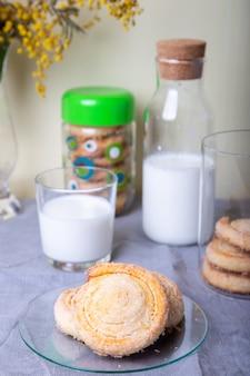 Biscoito caseiro de queijo cottage em cobertura de açúcar com leite. foco seletivo, close-up.