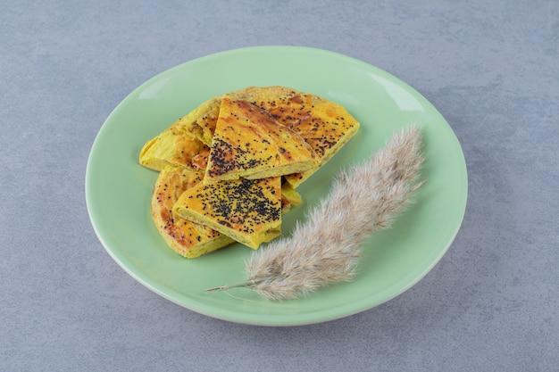 Biscoito caseiro fresco no prato verde