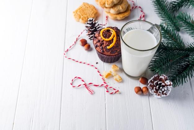 Biscoito com leite e árvore de natal