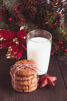 Biscoito com leite na mesa para o papai noel
