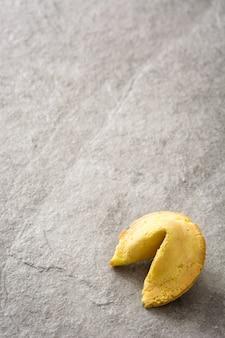 Biscoito da sorte em pedra cinza