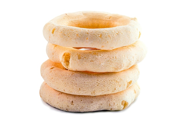 Biscoito de amido brasileiro, feito com farinha de mandioca, fundo branco isolado