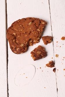Biscoito de aveia caseiro rachado em uma tabela