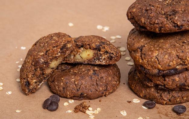 Biscoito de aveia com gotas de chocolate recheado de maçã com raspas de aveia e chocolate