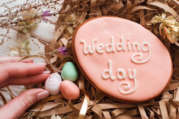 Biscoito de casamento feito à mão decorado com letras