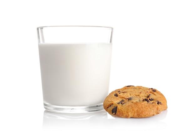 Biscoito de chocolate e copo de leite isolado no branco.
