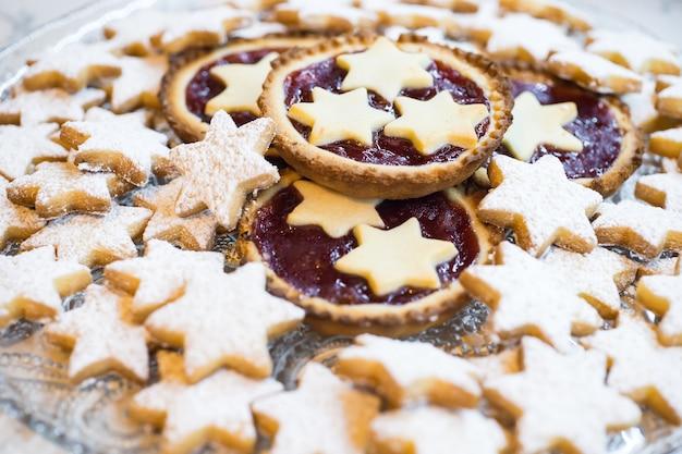 Biscoito de estrelas e tortas pequenas