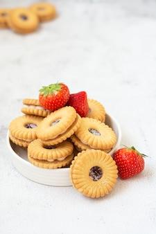 Biscoito de geléia no deserto de pastelaria com morango