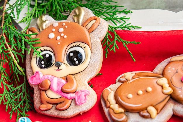 Biscoito de gengibre biscoito de natal ano novo tratamento pintado à mão doce sobremesa homem biscoito farinha de gengibre