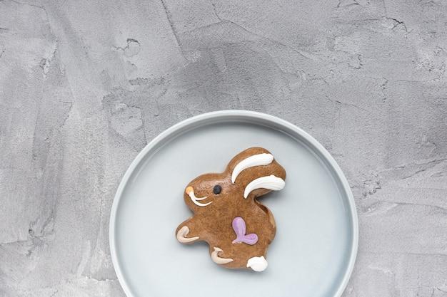 Biscoito de gengibre coelhinho da páscoa num prato
