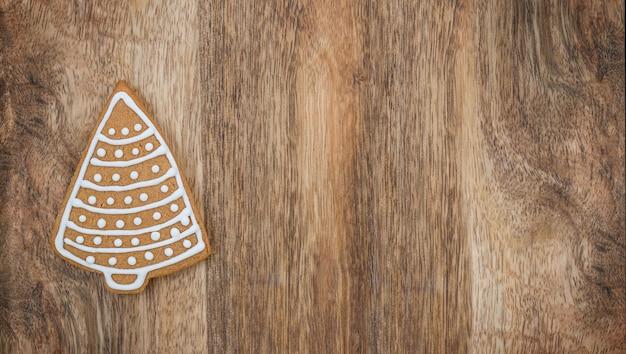 Biscoito de gengibre da árvore de natal com fundo de madeira