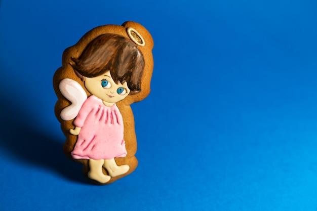 Biscoito de gengibre de anjinhos bonitinho na copyspace azul