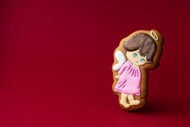 Biscoito de gengibre de anjinhos fofos no vermelho