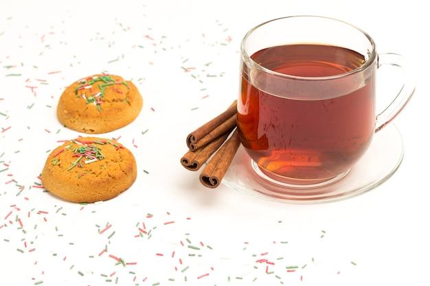 Biscoito de gengibre de natal e uma xícara de chá no fundo branco