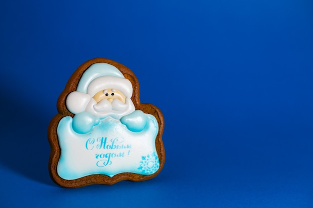 Biscoito de gengibre de papai noel com copyspace sobre fundo azul