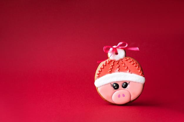Biscoito de gengibre de porco rosa bonito no vermelho
