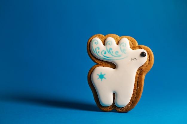 Biscoito de gengibre de veado bonitinho no azul