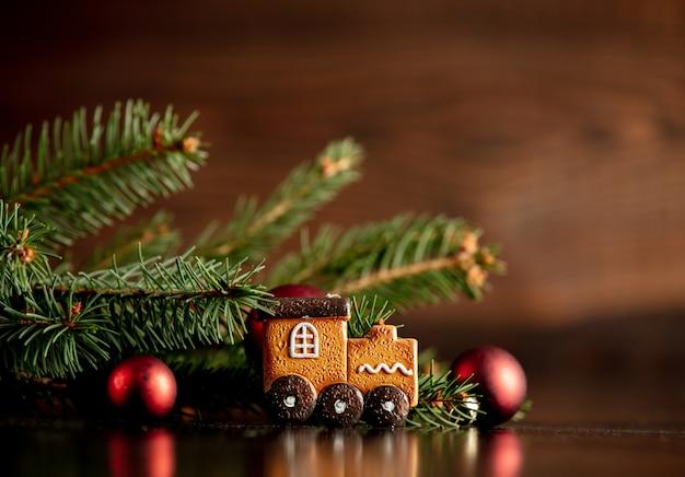 Biscoito de gengibre e decoração de natal na mesa de madeira