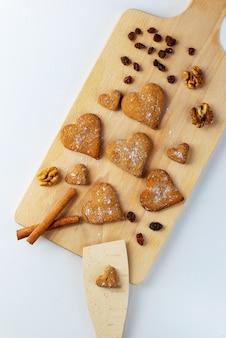 Biscoito de gengibre em uma placa de madeira