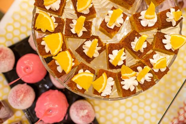 Biscoito de laranja na visão de mesa de buffet de cima.