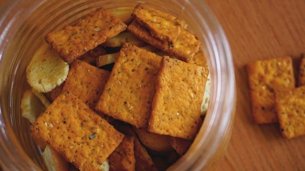 Biscoito de trigo em uma jarra de vidro na mesa de madeira. o conceito de cozinha e comida