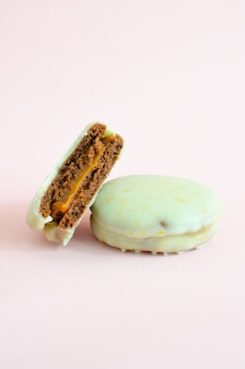 Biscoito delicioso e apetitoso com creme de chocolate no fundo branco
