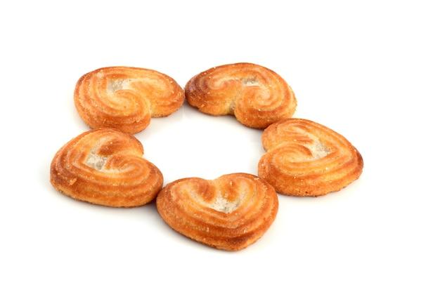 Biscoito em forma de coração (cookies) em fundo branco