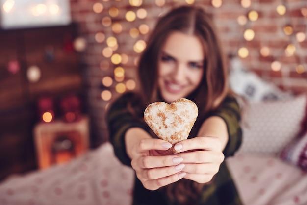 Biscoito em forma de coração na mão humana