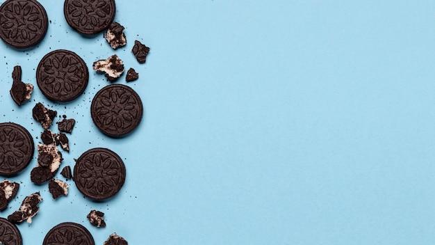 Biscoito esmagado com cópia espaço azul de fundo