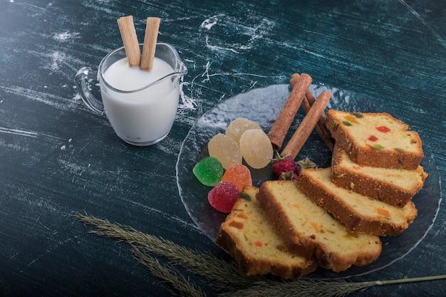 Biscoito fatiado e marmeladas servidas com canela e leite