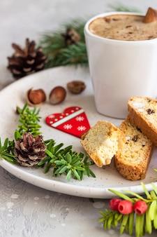Biscoito italiano com avelãs e uma xícara de café