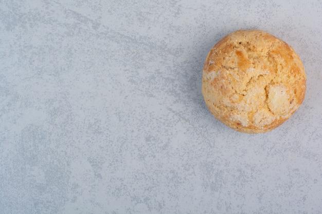 Biscoito redondo caseiro em fundo cinza
