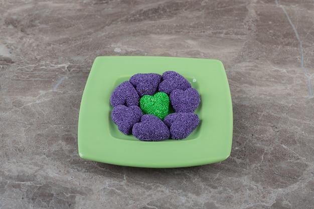 Biscoito saboroso no prato, na superfície do mármore