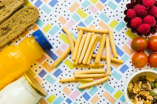 Biscoito varas perto de comida saudável