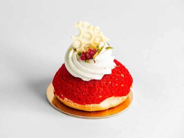 Biscoito vermelho com creme em cima da mesa