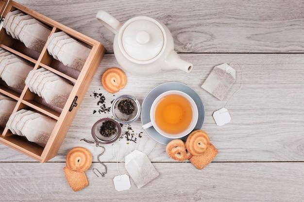 Biscoitos adoráveis com chá inglês