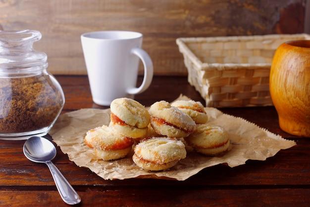 Biscoitos amanteigados unidos por uma geléia de goiaba, tradicional no brasil, onde são conhecidos como goiabinha