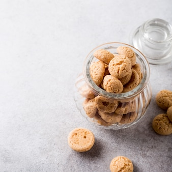 Biscoitos amaretti em pote de vidro